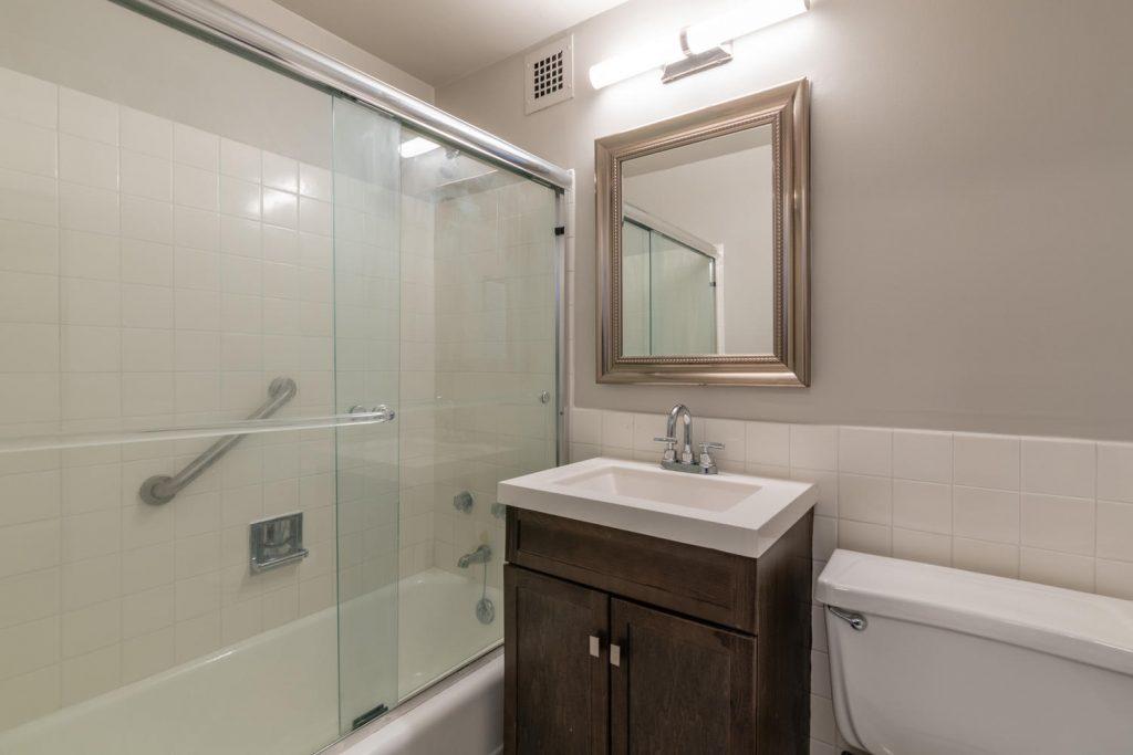 Reglazed bathroom in River Park